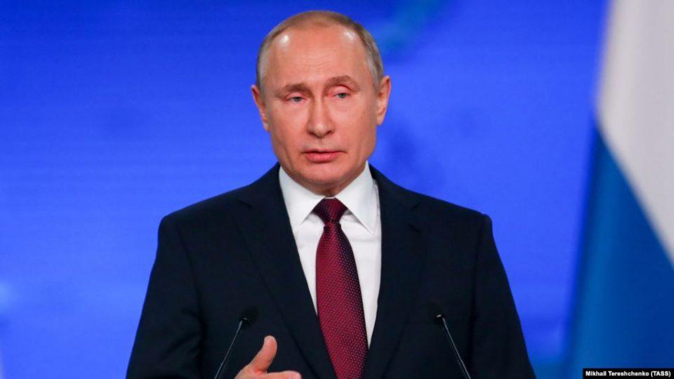 Путин адамдарды «чет өлкөлүк агент» катары аныктаган мыйзамга кол койду